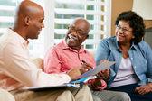 Consulente finanziario, parlando di coppia senior a casa — Foto Stock