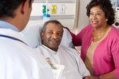 Médecin parlant à couple de personnes âgées sur ward — Photo