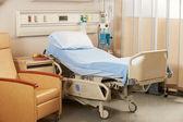 Cama vacía en sala del hospital — Foto de Stock