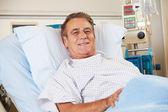 Retrato de hombre paciente relajante en la cama de hospital — Foto de Stock