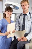 Портрет доктора и медсестры в кабинете врача — Стоковое фото