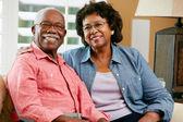 Retrato de la feliz pareja senior en casa — Foto de Stock