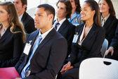 Publiken lyssnar på presentation vid konferensen — Stockfoto