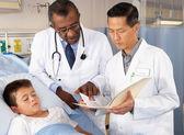 Artsen kind patiënt bezoeken op ward — Stockfoto