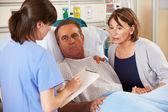 Infirmière parler à couple sur ward — Photo