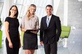 бизнесмены, имея неофициальное совещание в современном офисе — Стоковое фото
