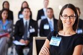 Femme d'affaires offrant la présentation à la conférence — Photo