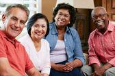 Porträtt av äldre vänner hemma tillsammans — Stockfoto