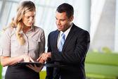 Zakenman en vrouwelijke ondernemers met informele bijeenkomst in kantoor — Stockfoto