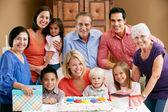 Familia multi generación celebrando el cumpleaños de los niños — Foto de Stock
