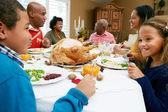 πολυ γενιάς οικογένεια γιορτάζει την ημέρα των ευχαριστιών — Φωτογραφία Αρχείου