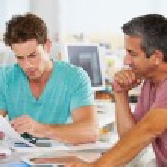 dwóch mężczyzn spotkania w biurze kreatywnych — Zdjęcie stockowe