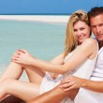 Romantic Couple Sitting On Beautiful Tropical Beach — Stock Photo