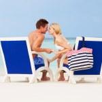 coppia sulla spiaggia rilassante in sedie — Foto Stock