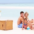 Familie am Strand mit Luxus Champagner Picknick — Stockfoto