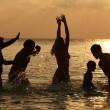 silhuett av multi generation familjen ha roligt i havet — Stockfoto