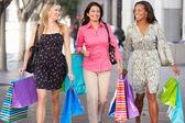 组携带购物袋在城市街道上的妇女 — 图库照片