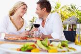 Par njuter av måltid i restaurangen utomhus — Stockfoto