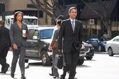 Karşıdan karşıya geçerken işadamları grubu — Stok fotoğraf