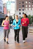 Grupa kobiet władzy chodzenie po miejskich ulic — Zdjęcie stockowe
