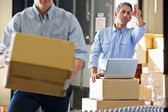 Arbeitnehmer im distributionslager — Stockfoto