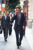 Homem de negócios fora do escritório no telemóvel — Foto Stock