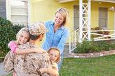 семья приветствуя муж дома на армия отпуска — Стоковое фото