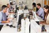 Teamet arbetar på skrivbord i upptagen kontor — Stockfoto