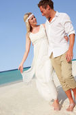Couple At Beautiful Beach Wedding — Stock Photo