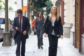 Groupe de gens d'affaires marchant le long de la rue — Photo