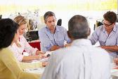 Teamvergadering in creatieve kantoor — Stockfoto
