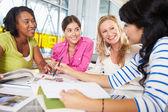 Groep vrouwen bijeen in creatieve kantoor — Stockfoto