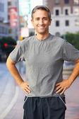 Portret van mannelijke loper op stedelijke straat — Stockfoto