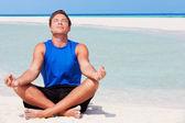человек, размышляя на красивый пляж — Стоковое фото