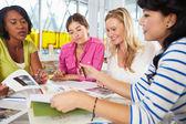 Grupa kobiet spotkanie w biurze kreatywnych — Zdjęcie stockowe