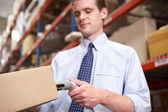 Paquete de análisis empresario en almacén — Foto de Stock