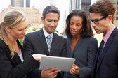 Imprenditori e imprenditrici utilizzando una tavoletta digitale esterno — Foto Stock