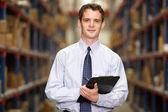 Retrato de gerente en almacén con portapapeles — Foto de Stock