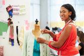 Diseñadora de moda en estudio — Foto de Stock