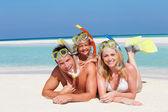 οικογένεια με αναπνευστήρες, απολαμβάνοντας τις διακοπές στην παραλία — Φωτογραφία Αρχείου