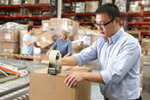 Travailleurs dans l'entrepôt de distribution — Photo