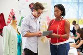 Erkek ve kadın moda tasarım stüdyosu toplantı — Stok fotoğraf