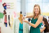 Mode-ontwerper in studio — Stockfoto