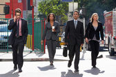 Grupo de empresarios cruzando la calle — Foto de Stock