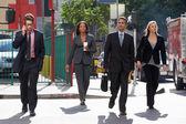Grupp av företagare som korsar gatan — Stockfoto