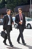Empresário dois conversando enquanto cruzando a rua — Foto Stock