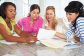 Grupp kvinnor som träffas i creative office — Stockfoto