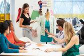 Spotkanie w studio projektowania mody — Zdjęcie stockowe