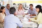 Reunião da equipe no escritório criativo — Foto Stock