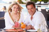 Casal desfrutar refeição no restaurante ao ar livre — Foto Stock